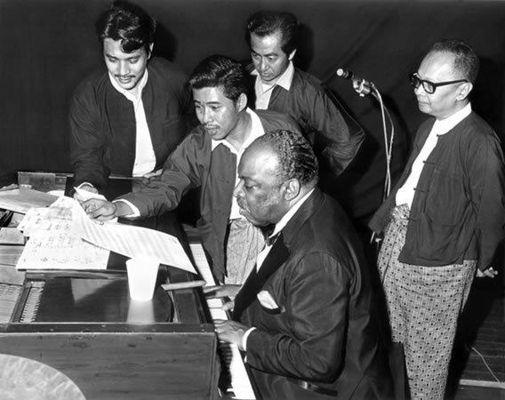 ဂန္တဝင် ဂျက်ဇ်ဂီတပညာရှင် ကော့င်ထ်ဘက်ဆီ မြန်မာနိုင်ငံသို့ လာရောက်စဉ်