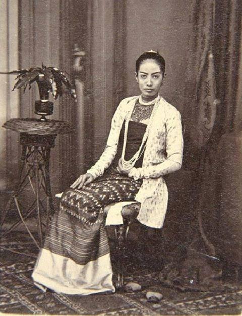 ၁၉ ၀၀ ပြည့်နှစ်ဝန်းကျင် အမည်မသိ ဂုဏ်သရေရှိ မြန်မာအမျိုးသမီးတစ်ဦး ဓာတ်ပုံ။