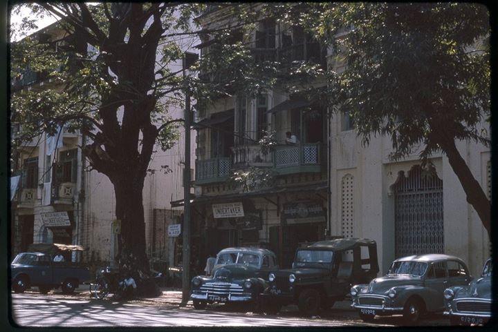 အမေ့ခံအတိတ် | ၁၉၆၄ ခုနှစ် ရန်ကုန်မြို့ စပတ်လမ်း (ယခု ဗိုလ်အောင်ကျော်လမ်း)  ကိုတွေ့မြင်ရစဉ်။
